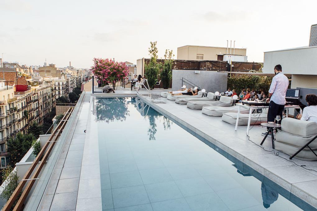 Piscina en la terraza del hotel Omm. Foto: César Cid