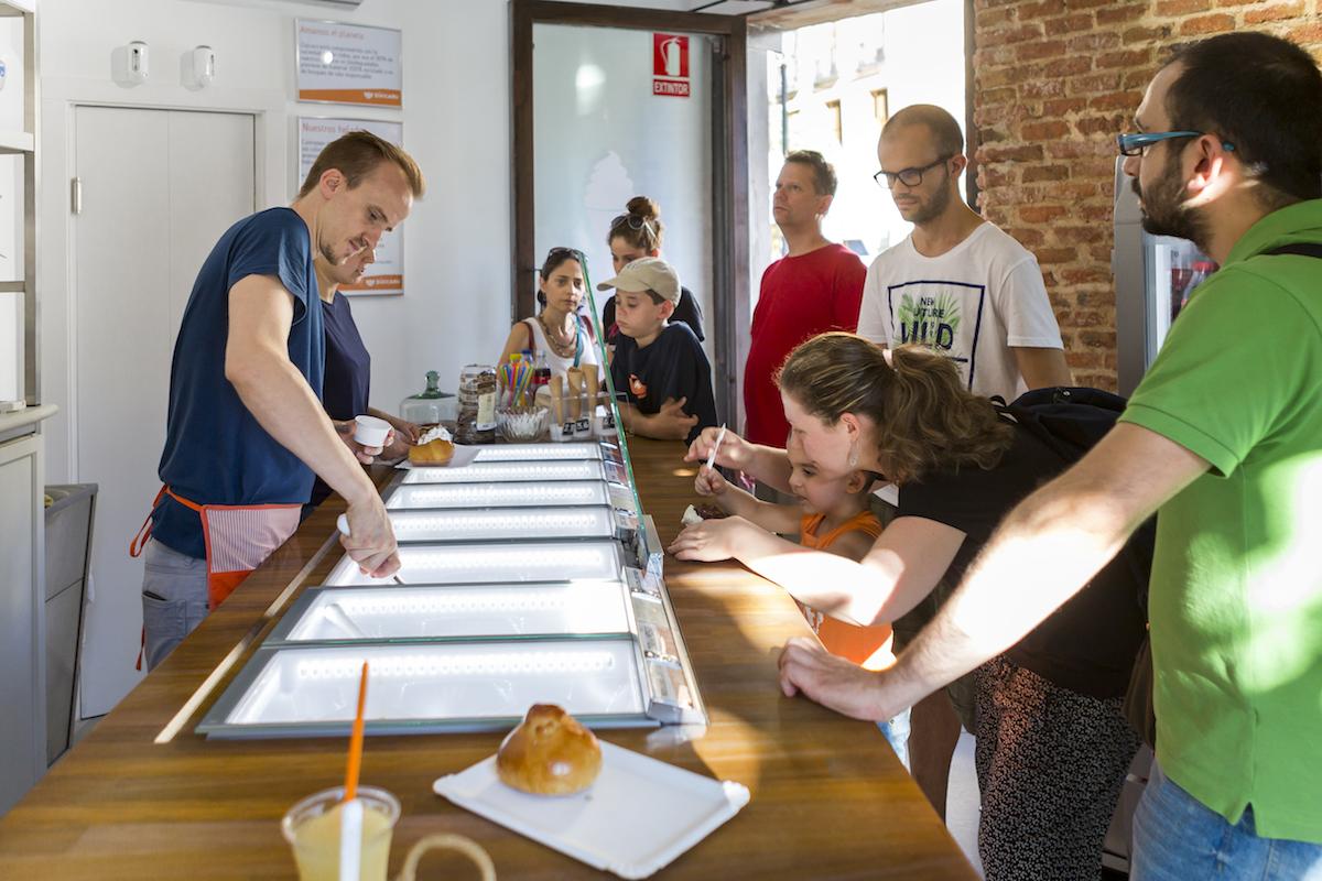 Atendiendo a la clientela en la heladería Zúccaru. Foto: Javier Sierra