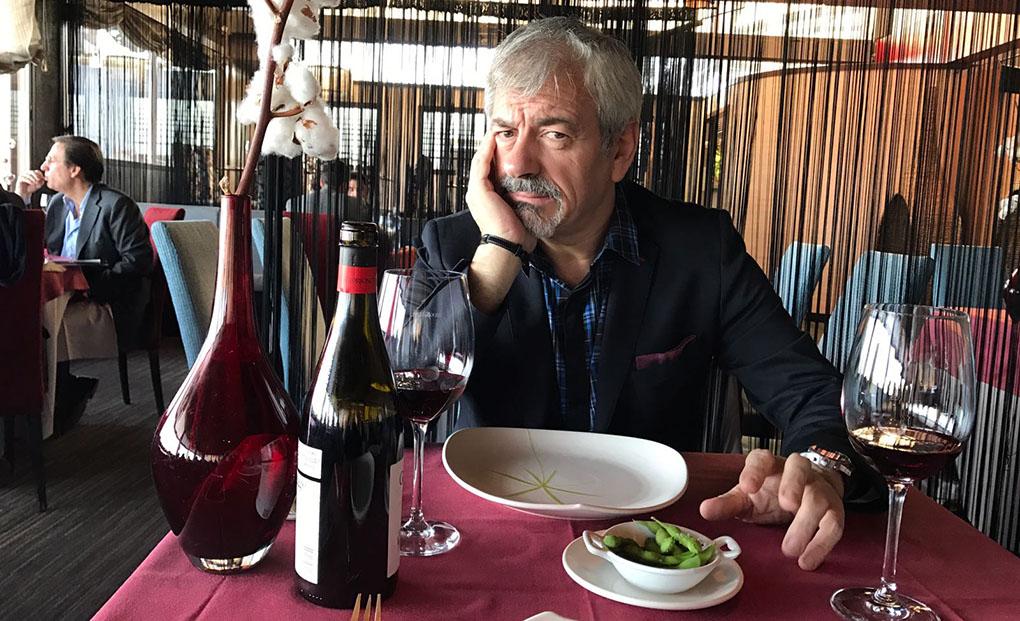 Carlos Sobera comiendo. Foto cedida