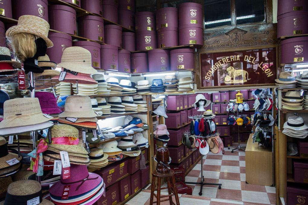 Gracias a los clientes de siempre y al retorno de la moda de los sombreros, Albero sobrevive.