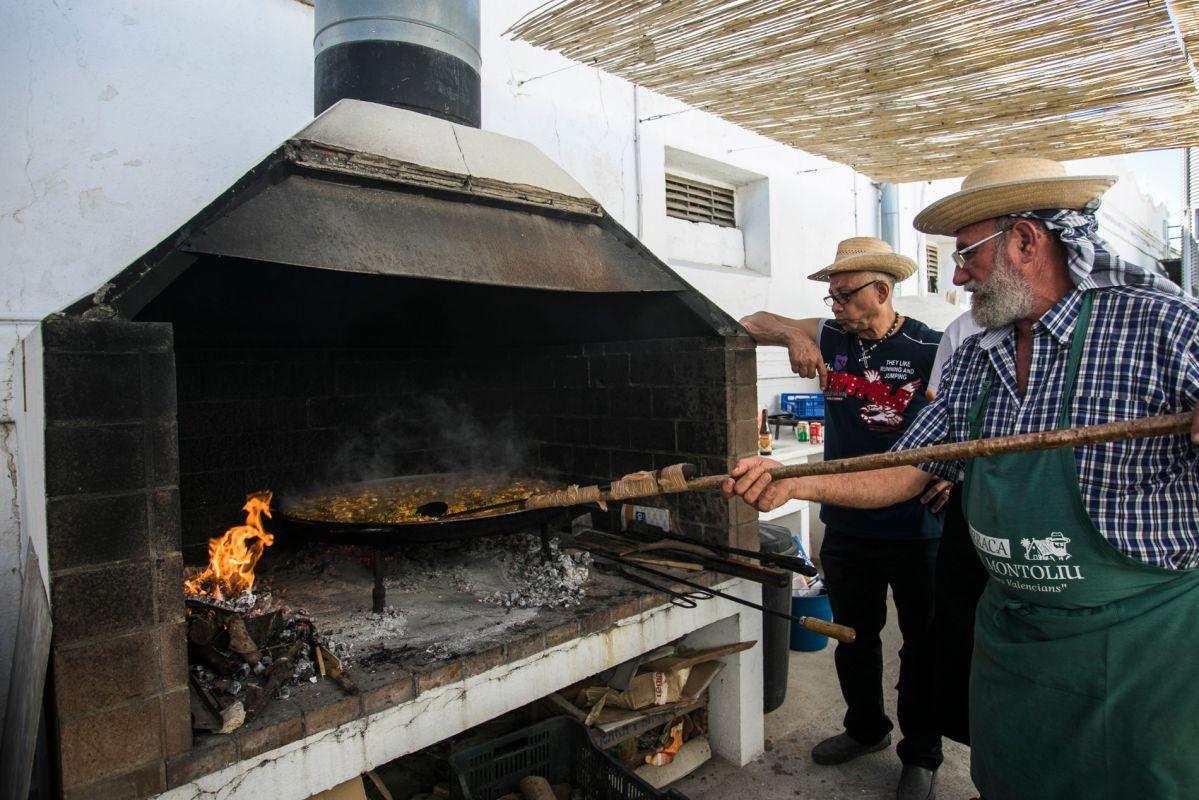 Preparando la paella los maestros paelleros. Foto: Eva Máñez