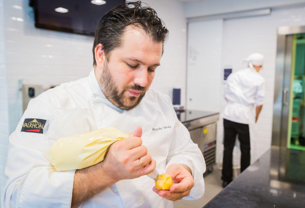 Rellenando los buñuelos. Foto: Máximo García