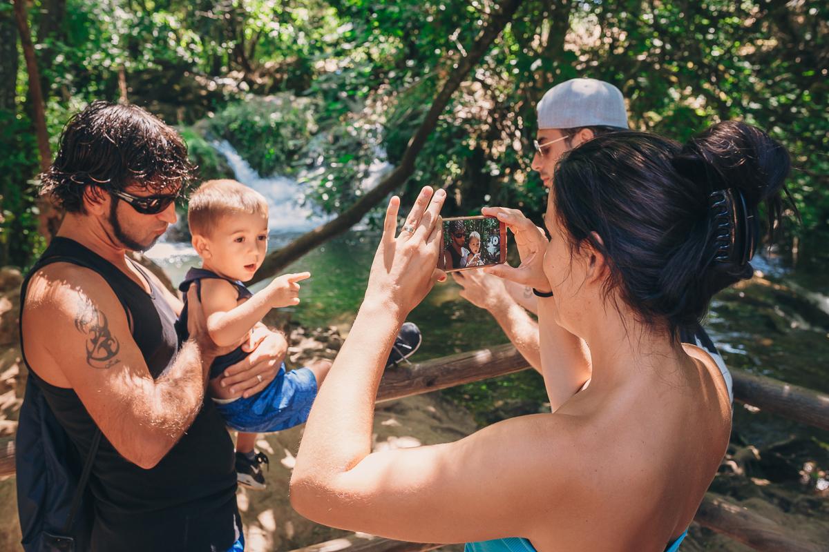 Tomándose fotos en el nacimiento del Huéznar. Foto: Javier Sierra