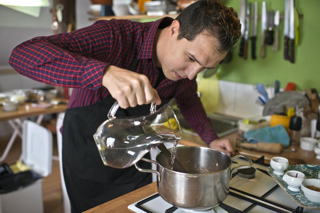 Hoy cocinan ellos: Presa ibérica con chocolate - echando agua. Foto: Sofía Moro