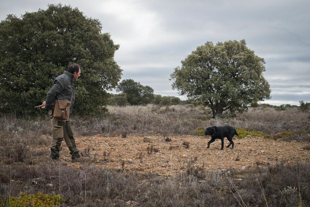 El trufero junto a su fiel perro