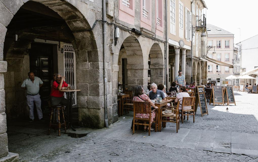 Aquí son muy de sentarse a tomar un algo. Esto es otra terraza en la plaza do Campo, en el centro dentro de la muralla