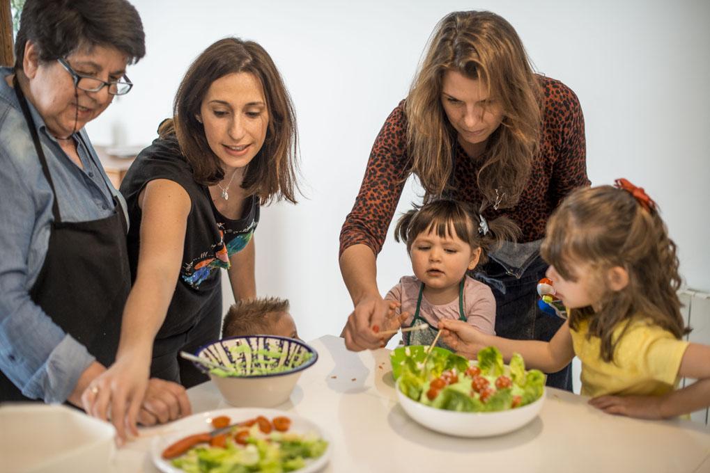 Niños y adultos cocinando