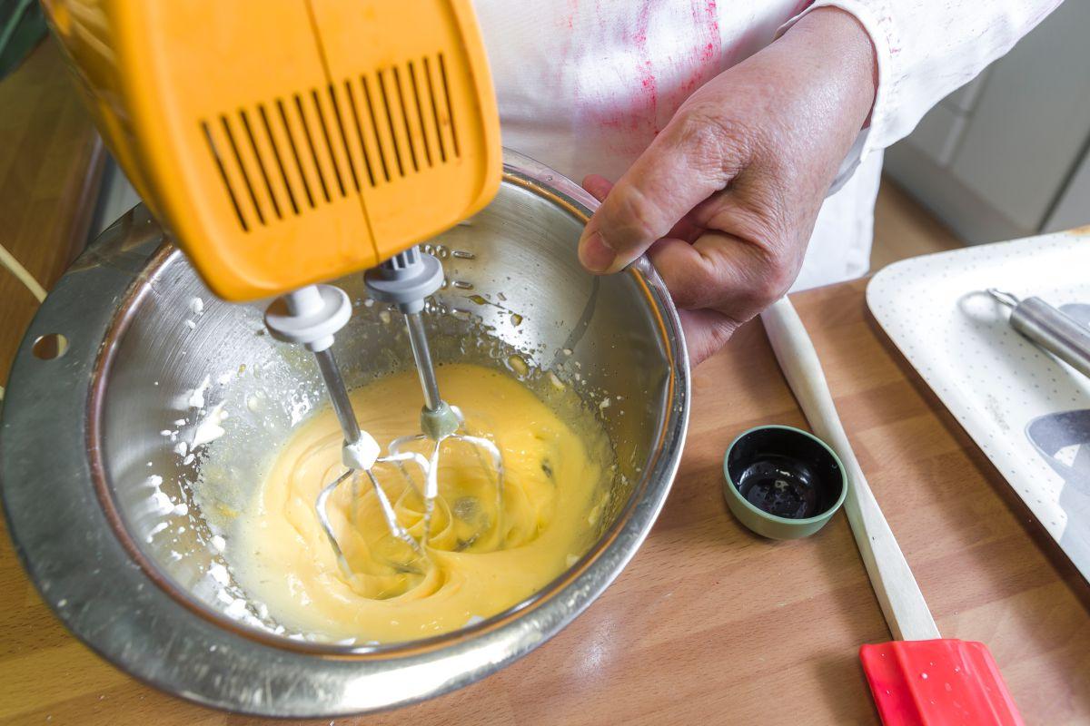 Batiendo las yemas para el brazo de gitano. Foto: David de Luis