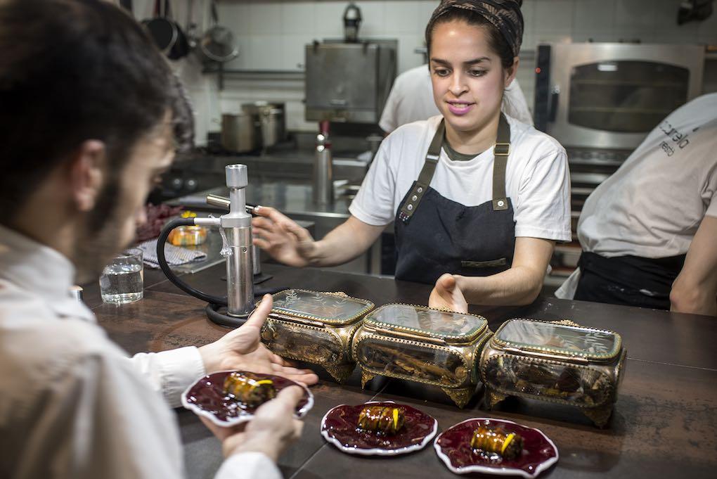 Preparando platos. Foto: Alfredo Cáliz