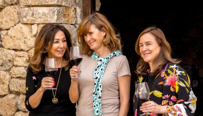 Ana Rosa Quintana junto a Yolanda y Carolina García Viadero, dueñas de Bodegas Valduero. Foto cedida por 'Bodegas Valduero'