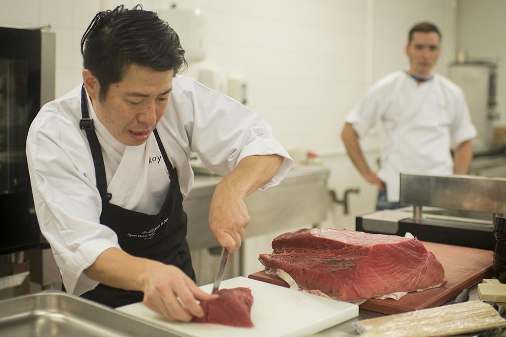 Hideki Matsuhisa cortando atún en Gastronomika 2016