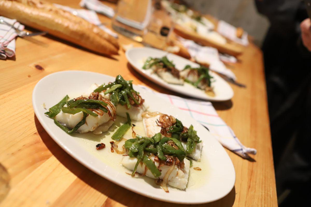 Plato de bacalao con pimientos verdes. Foto: Yoana Salvador
