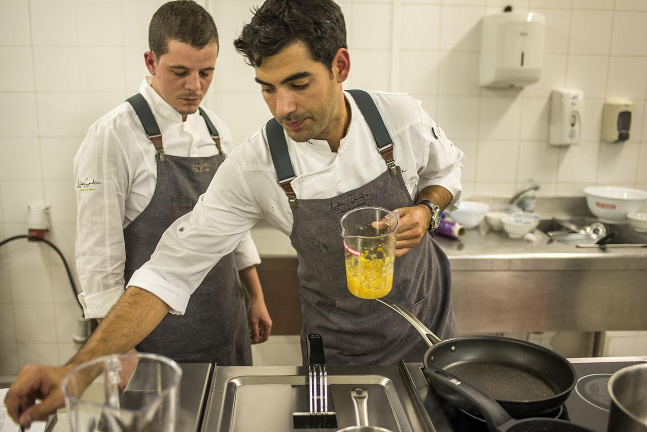 El chef mallorquín Andreu Genestra en las cocinas de San Sebastián Gastronomika 2017