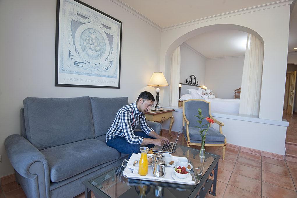 Hotel El Rodat (Jávea) - salón y cama de suite junior - Foto: Rafa Molina