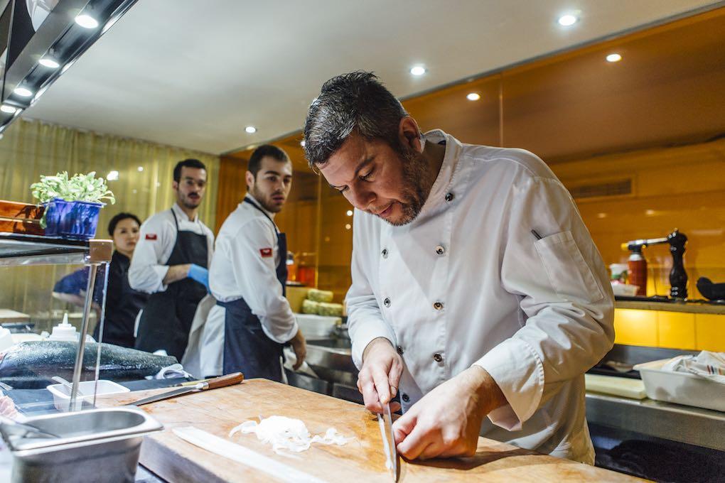 Ever Cubilla con su equipo en la cocina del Espai Kru (Barcelona). Foto: César Cid