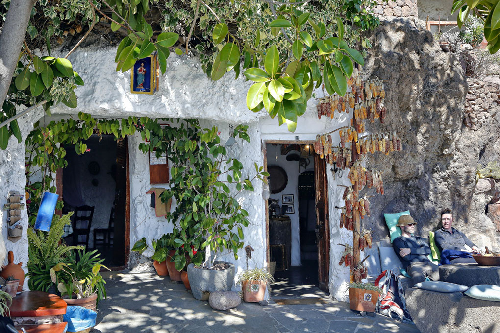 Artanara Casas Cuevas (entra al Museo Etnográfico). Foto: Roberto Ranero