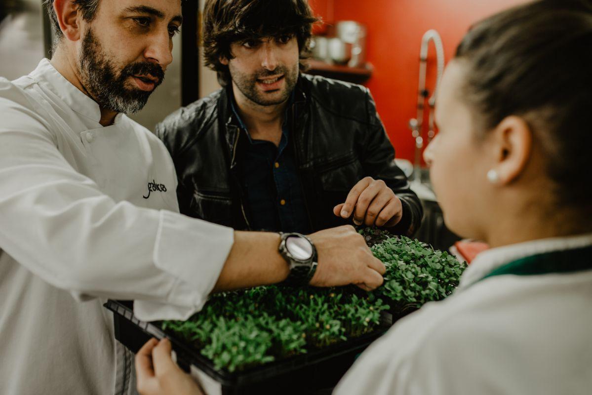 Mirando las hierbas para el restaurante. Foto: Clara Vilar