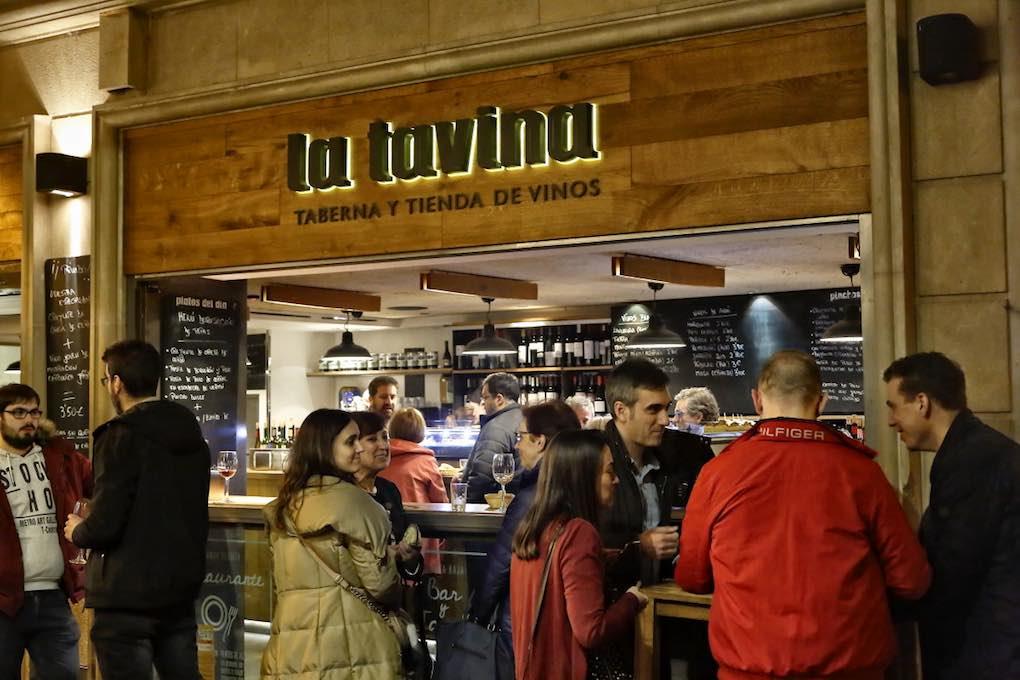 Ambiente en la barra exterior de La Tavina. Foto: Roberto Ranero