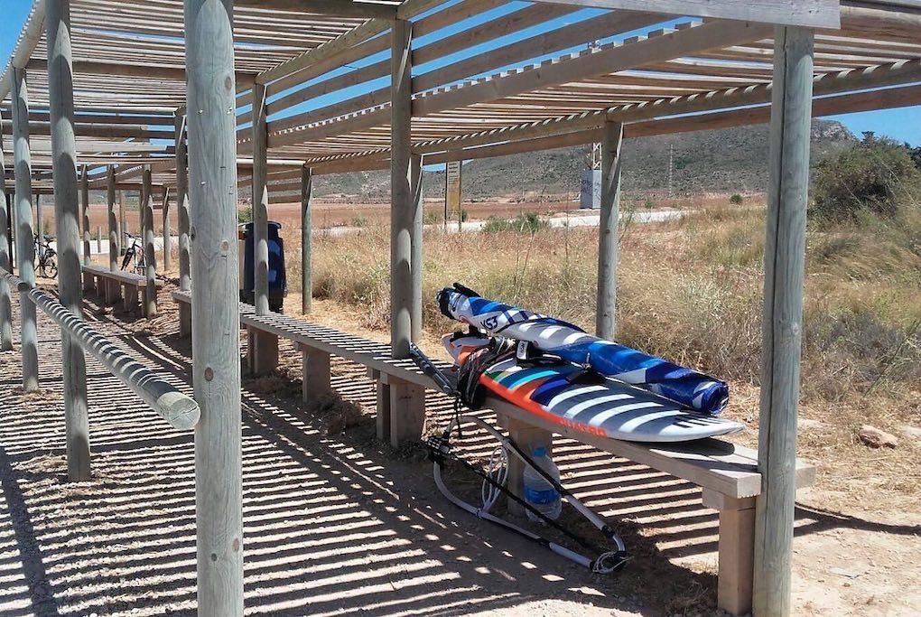Tabla de surf en la parada de bus de entrada al parque regional de Calblanque. Foto: Facebook