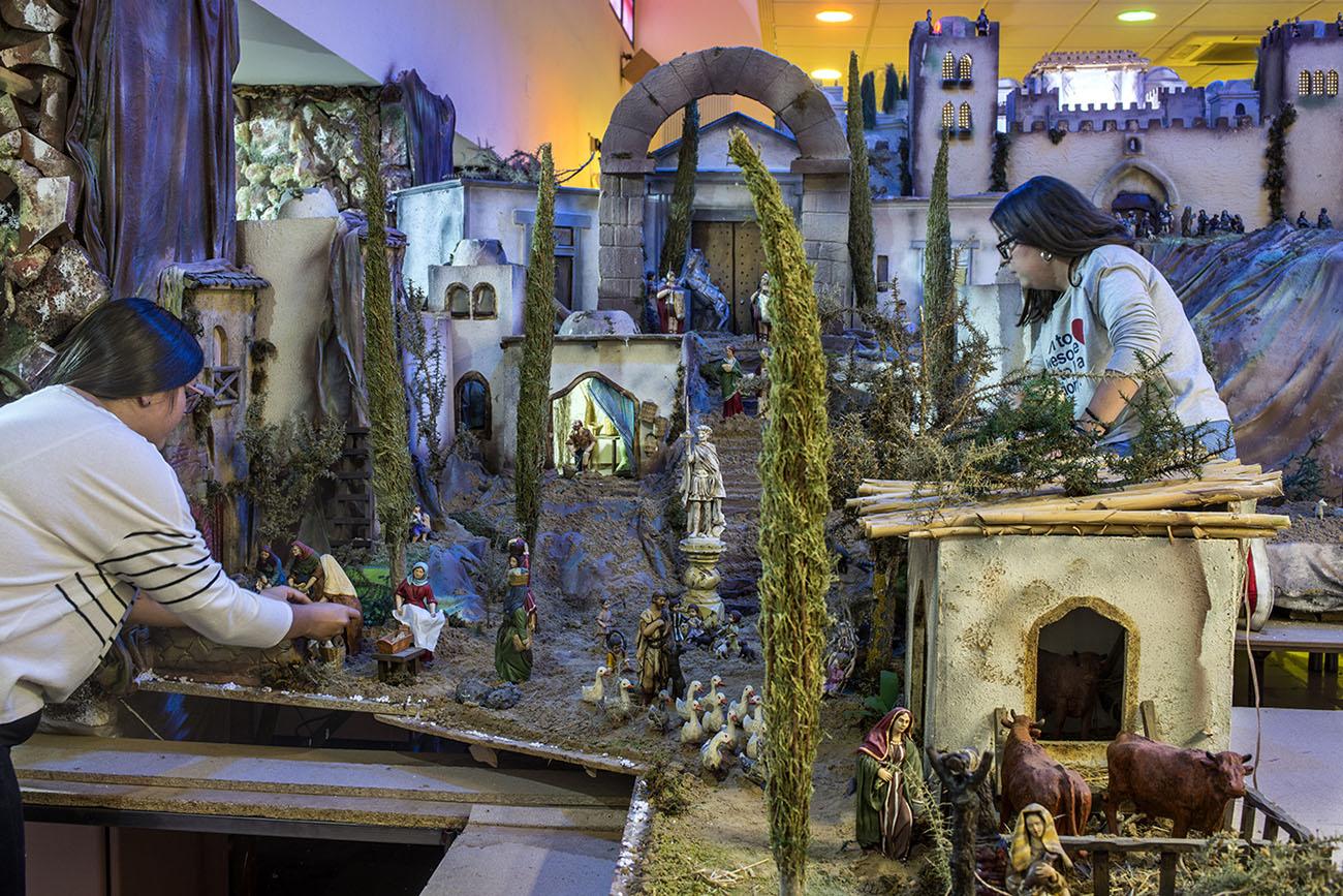 Belén Jerez de los Caballeros (Badajoz). Colocando figuras en el Belén. Foto: Alfredo Cáliz