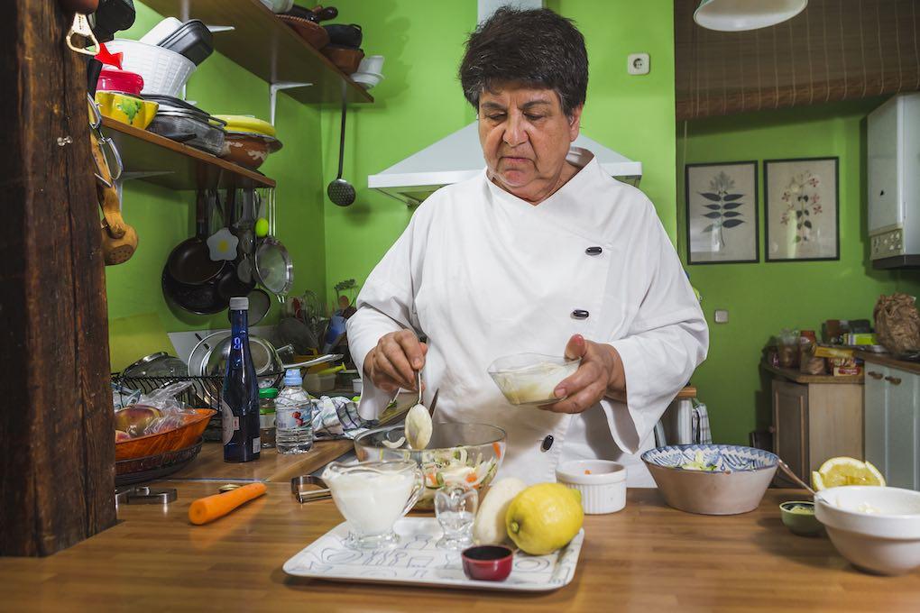 Rosa Tovar preparando ensaladas. Foto: David de Luis
