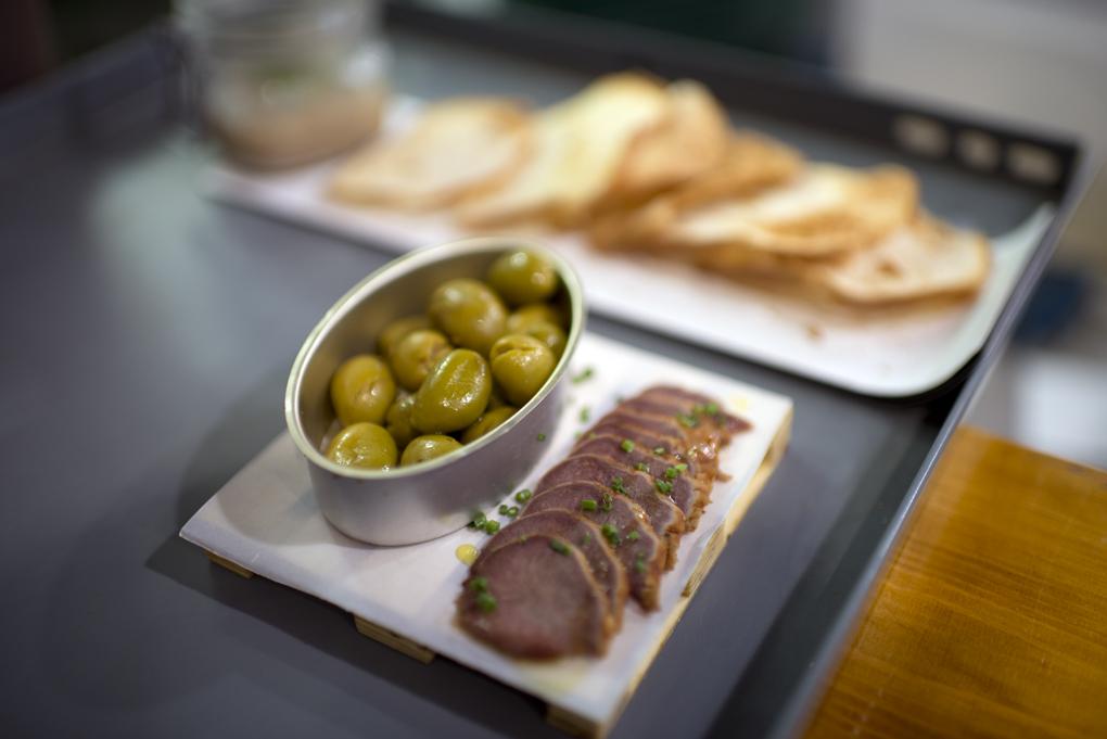La Tasquería: lengua de cerdo con aceitunas aliñadas de Málaga. Foto: Sofía Moro