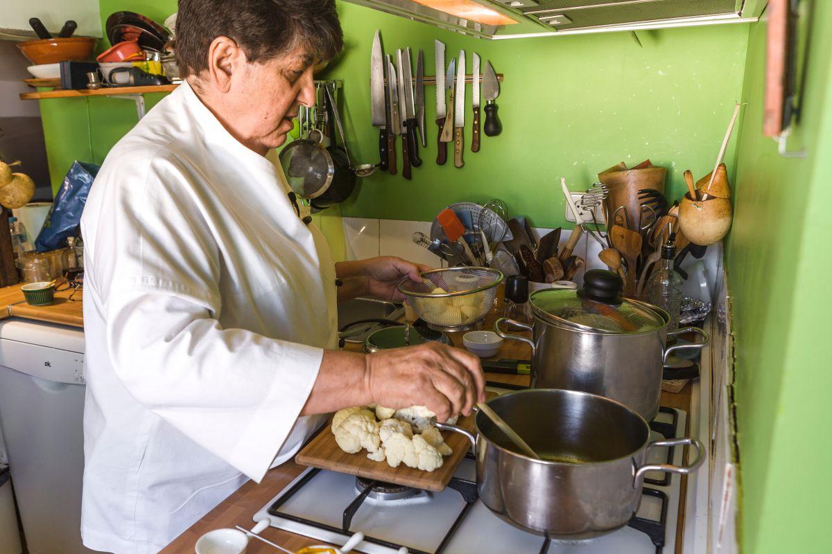 Rosa Tovar echando las patatas en la cazuela. Foto: David de Luis