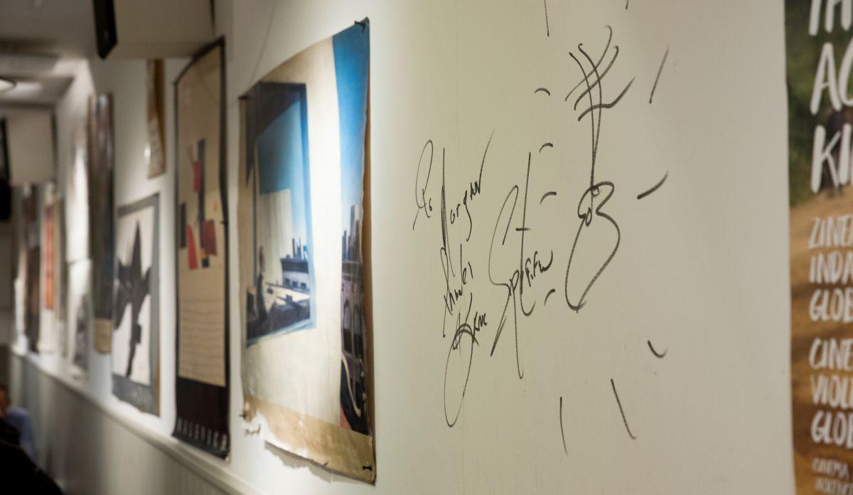 Firmas en el interior del restaurante. Foto: Gari