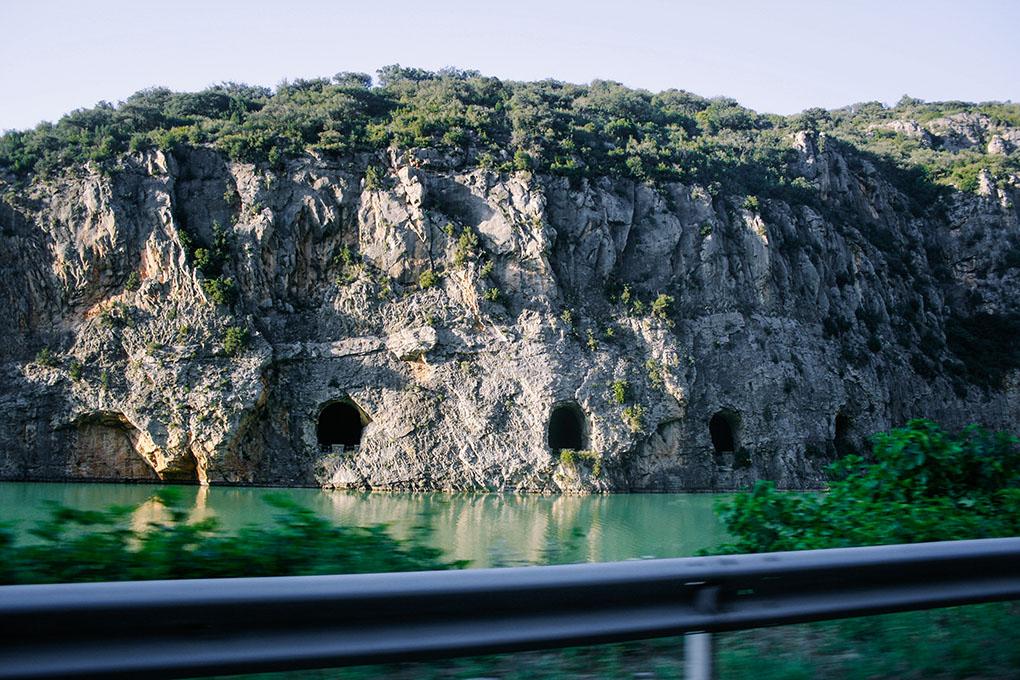 Paredes escarpadas enmarcan ríos y embalses en el arranque de la ruta por Cervera con Marc Márquez. Foto: Raúl Romojaro