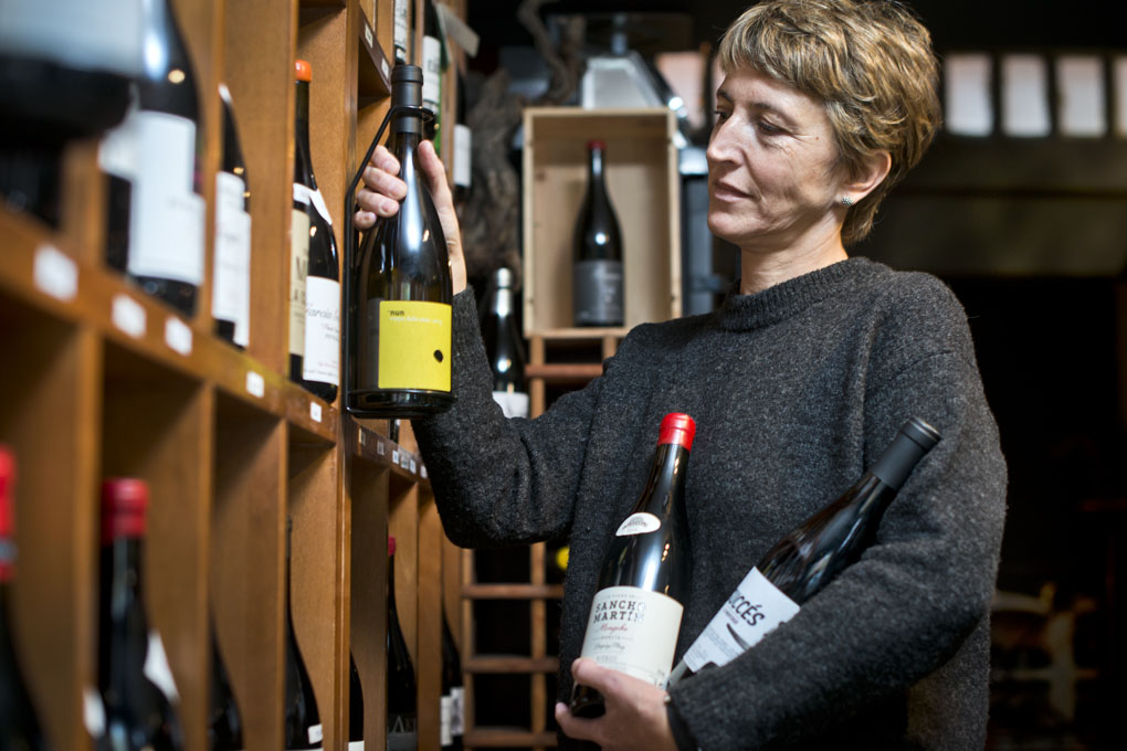 Una mujer selecciona unas botellas de vino