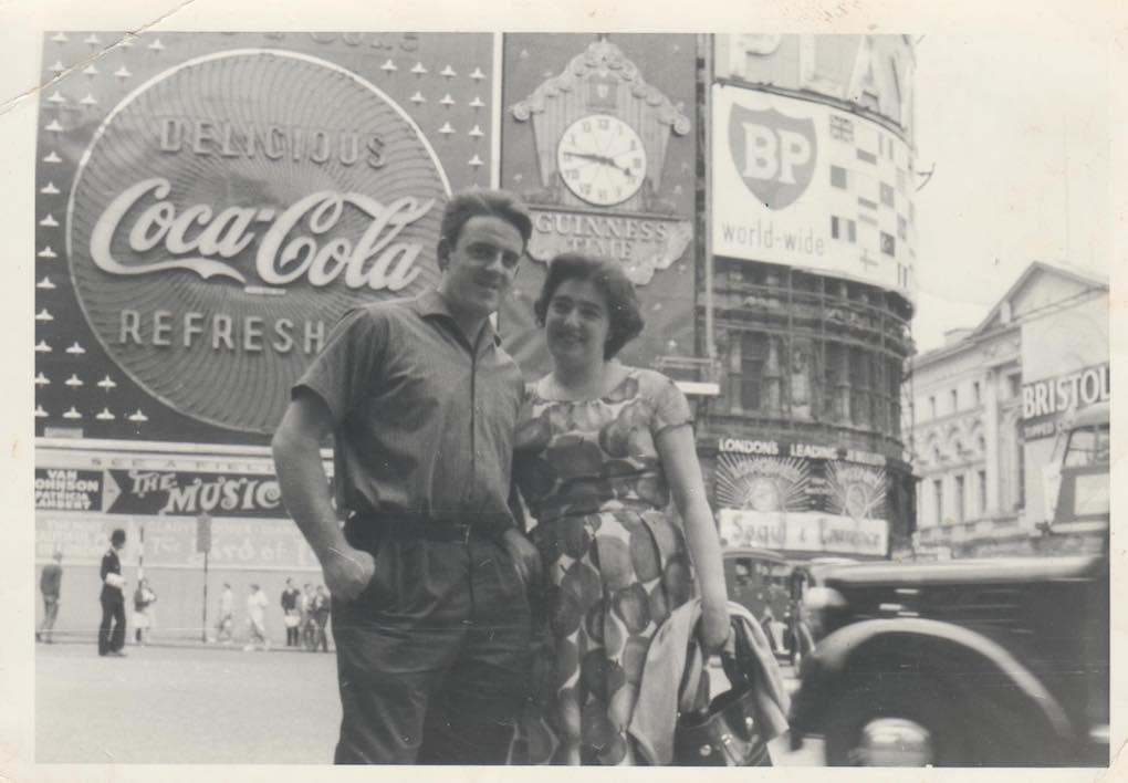 Xavier Zapirain junto a su mujer, en Londres, años 60. Foto: Usoz