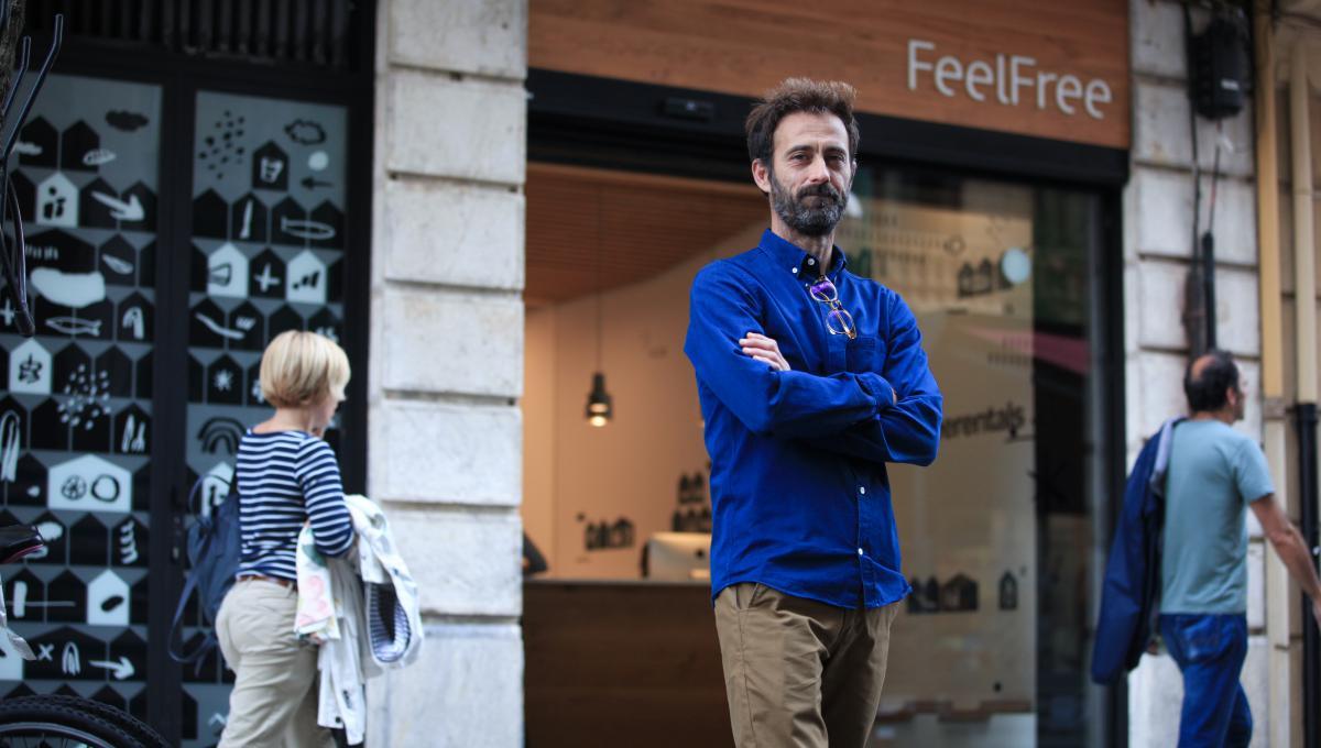 Juan Ramón Vega posa en la calle delante de las oficinas de Feel Free Rentals