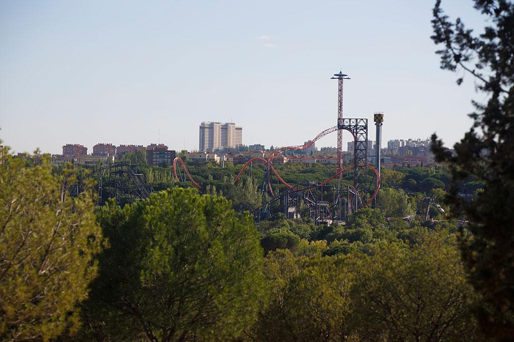 Vista de la montaña rusa del parque de atracciones