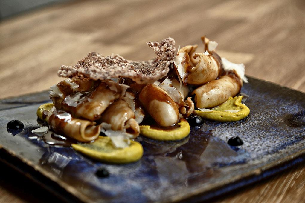 Restaurante Qué Leche (Las Palmas de GC) - chipirón sahariano con pistacho. Foto: Roberto Ranero