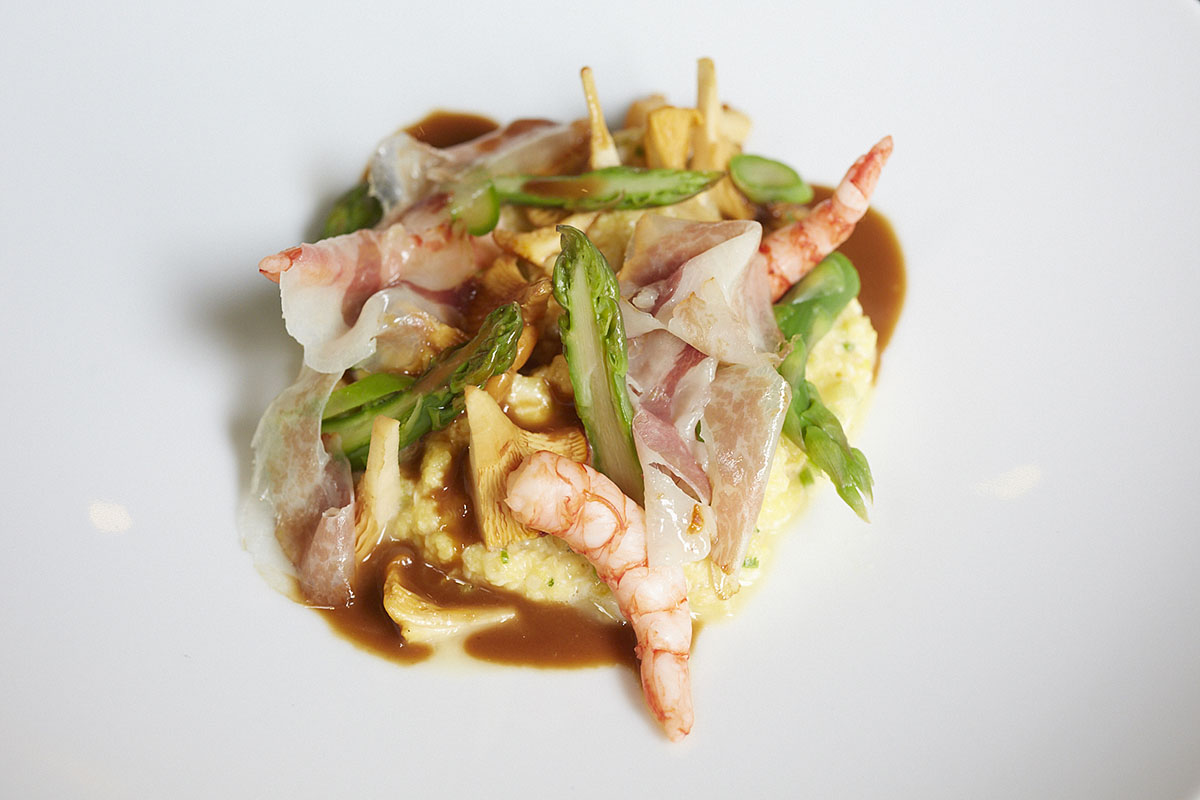 Restaurante Mediamanga (Barcelona) - Revuelto de huevos con rosiñol, espárragos trigueros, gambeta roja, panceta ahumada y salsa americana. Foto: Xavier Torres-Bacchetta