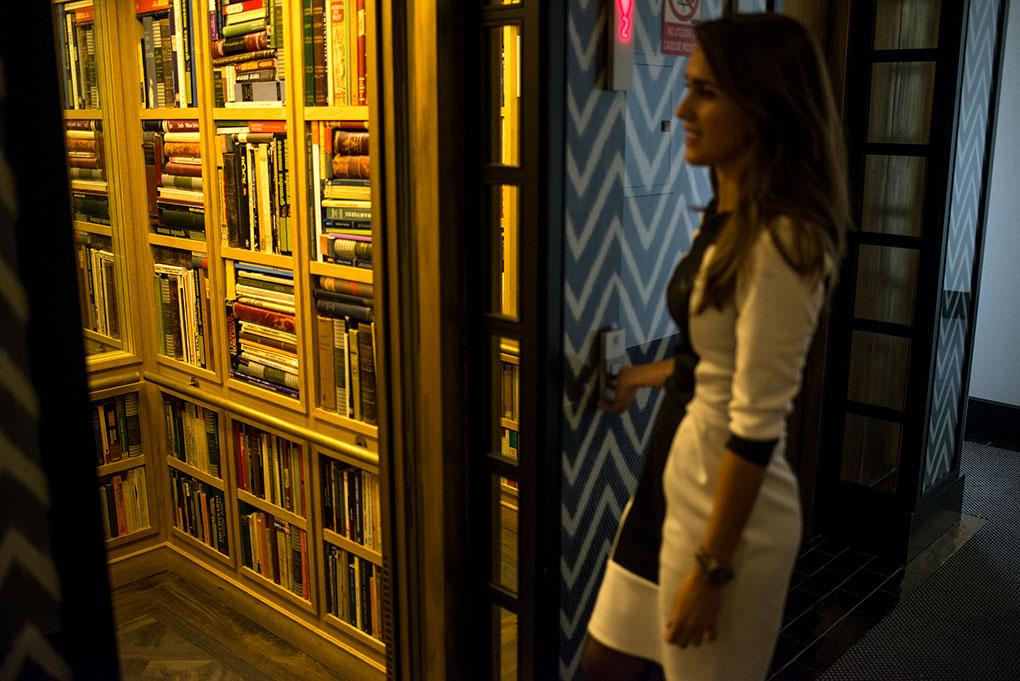 ascensor que en su interior está forrado de libros