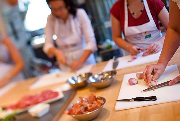 En las cocinas de Ambassade, las manos se afanan en hacer magia.