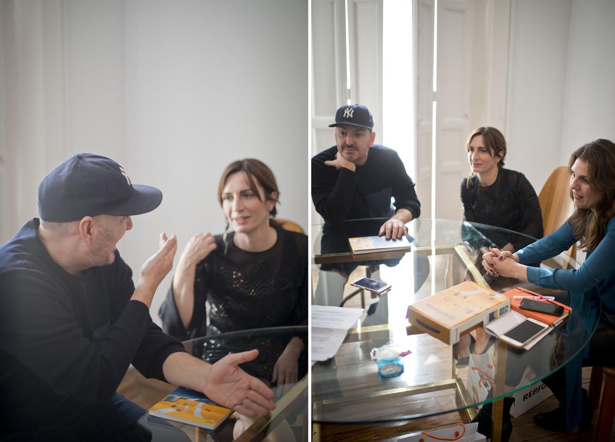 Reunión entre Juan Duyos, María Ritter y Begoña Rodrigo sentados a la mesa en el estudio del diseñador