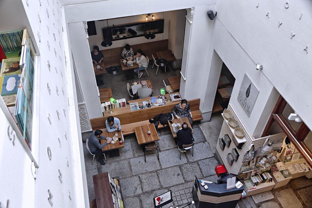 Librerías de Madrid: Cafetería de La Central de Callao. Foto: Roberto Ranero