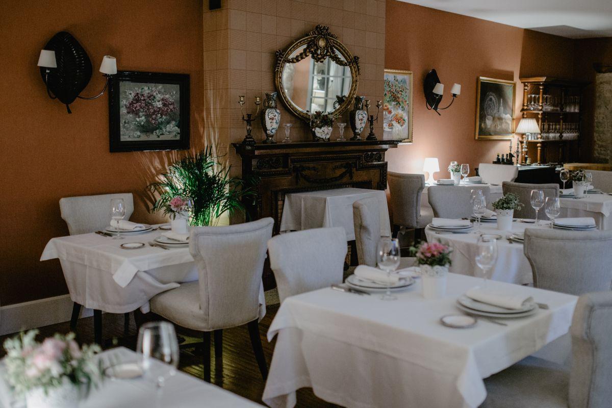 El interior del restaurante resulta elegante y luminoso. Foto: Nuria Sambade