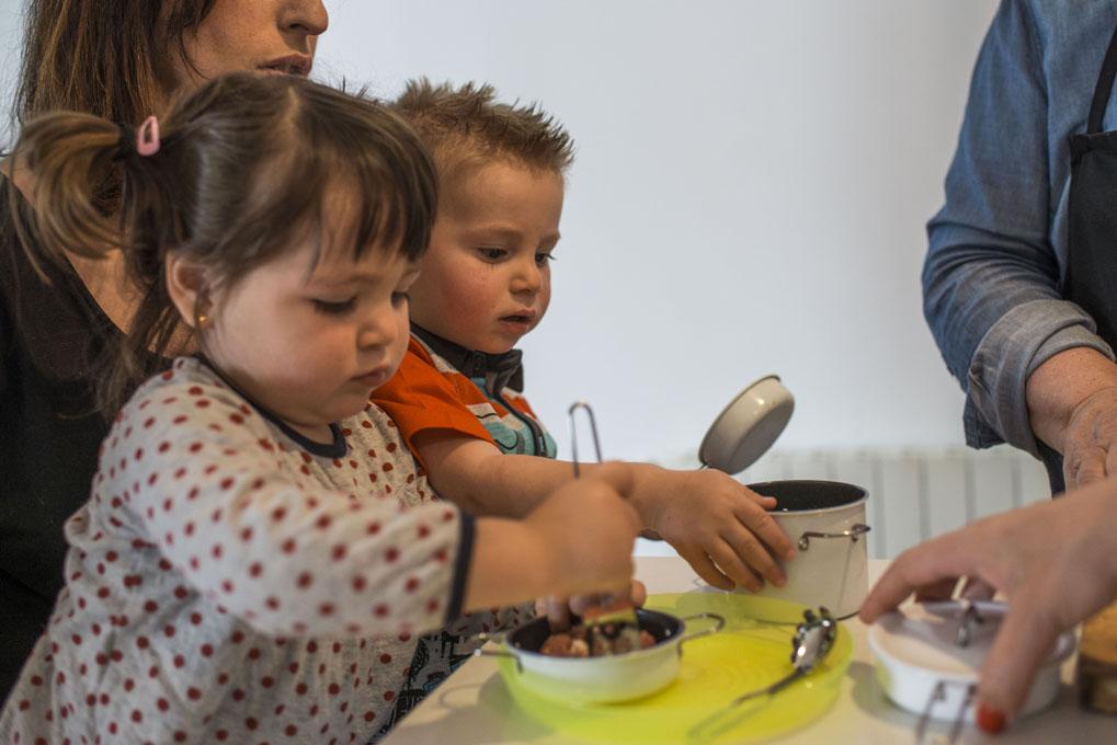 Dos niños pequeños cocinando