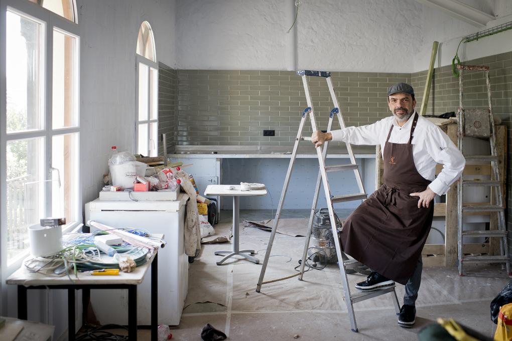 Jesús posa en la panadería todavía en obras
