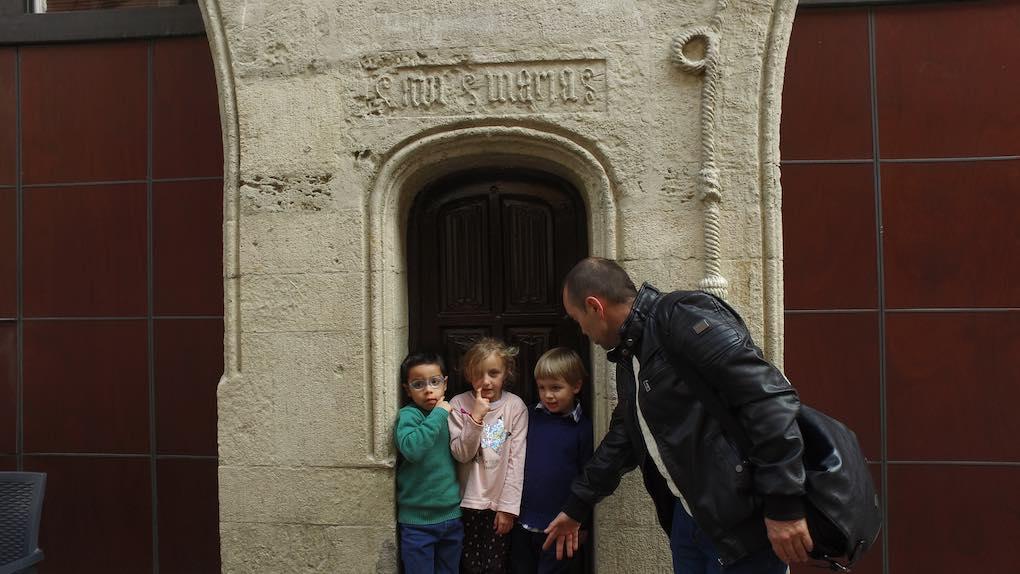 En un portal de piedra del casco viejo. Foto: Beatriz Vigil