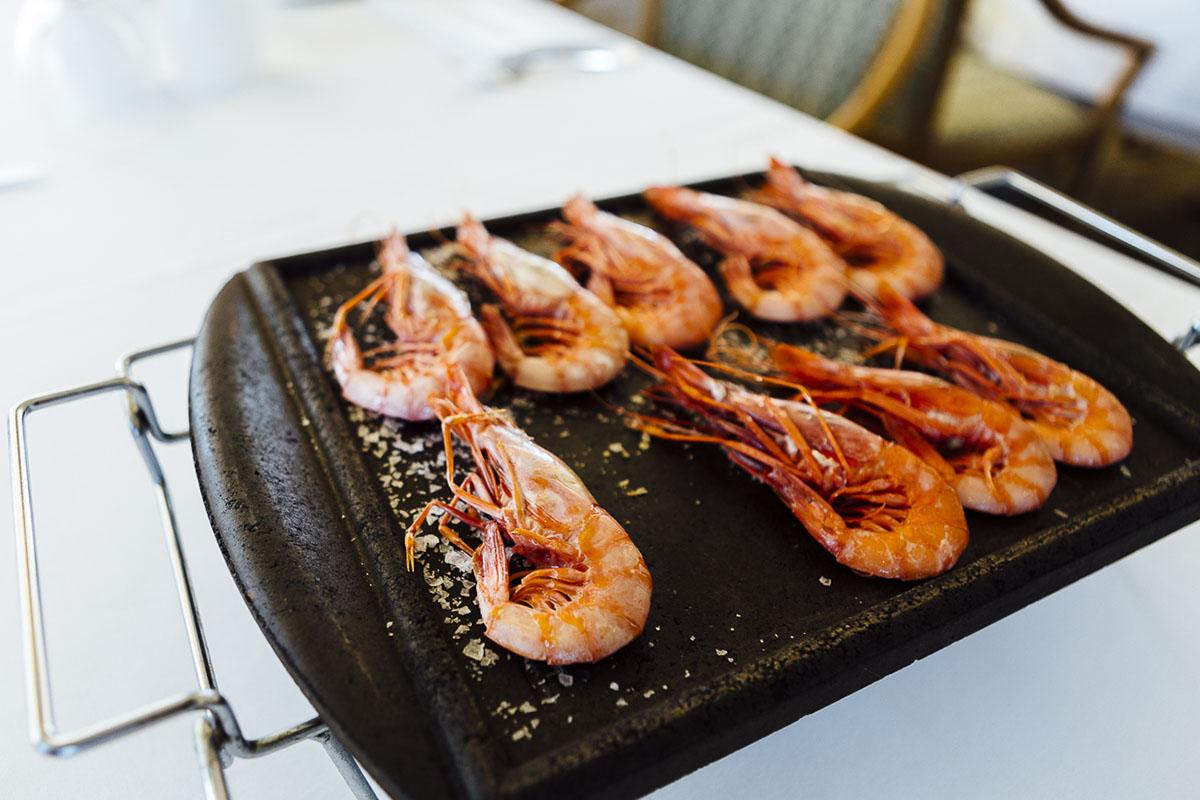 Restaurante Mas dels Arcs (Baix Empordà).  Gamba roja de Palamós a la plancha. Foto: César Cid.