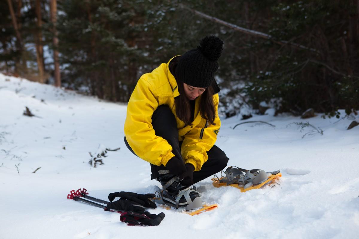 Colocándose las raquetas de nieve. Foto: Helena Poncini
