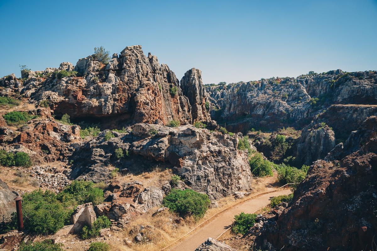 Pináculos de rocas kársticas formadas por la lluvia donde estuvo la mina. Foto: Javier Sierra
