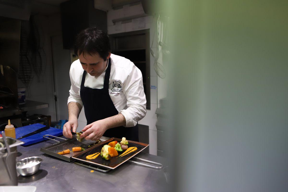 El chef emplatando. Foto: Yoana Salvador