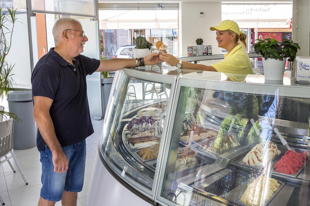 Sirviendo a un cliente en la heladería Kalúa. Foto: Javier Sierra