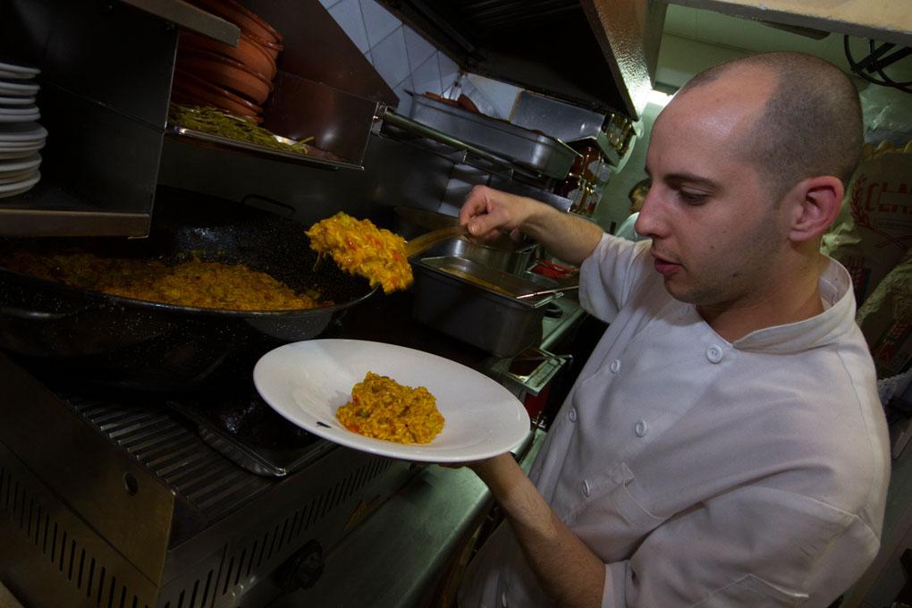 La Castañeda, sirviendo paella