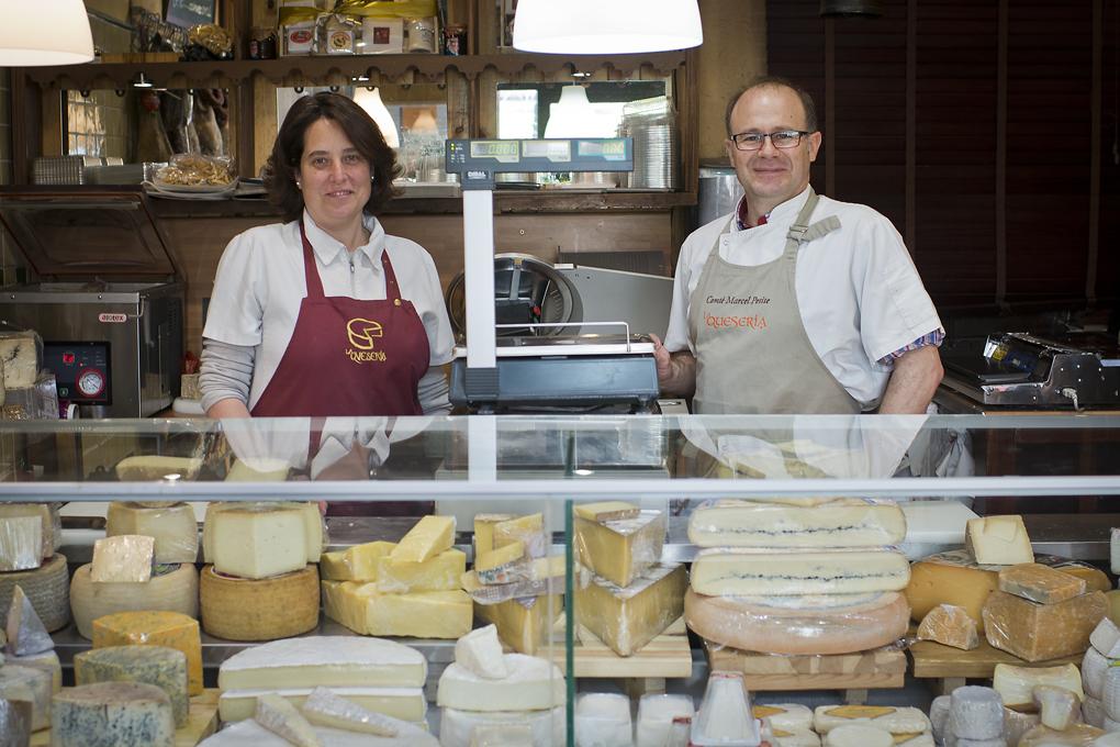 Virginia y Raúl tras el mostrador de su quesería